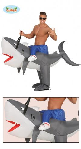 Disfraz hombre sobre tiburón